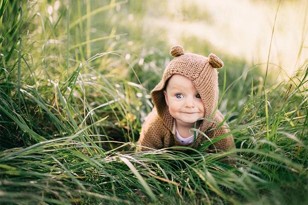 Baby krabbelt im Gras