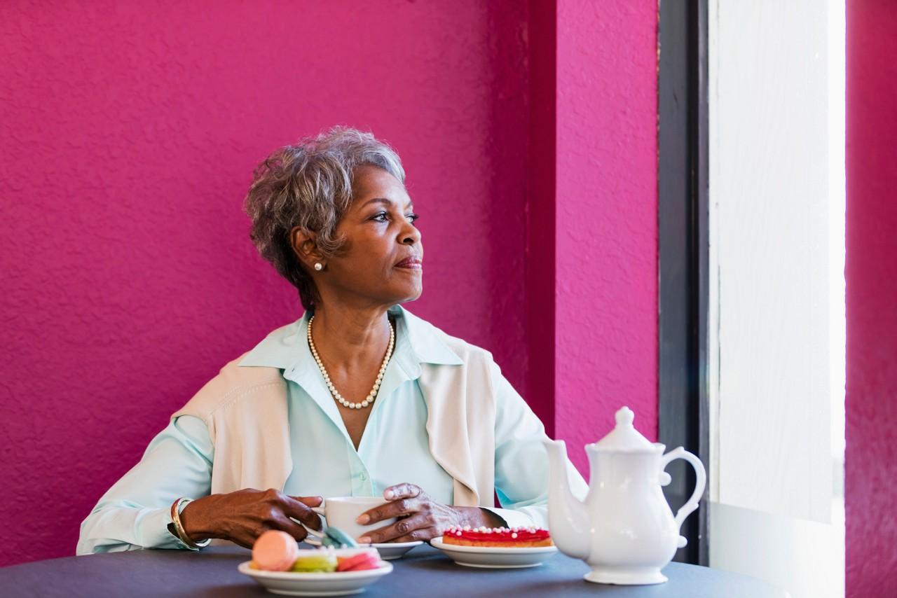 Mulher idosa comendo